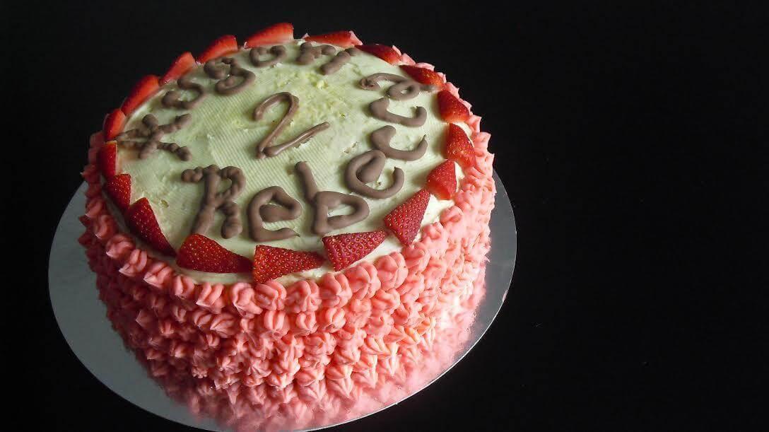 torta di compleanno per bambini fatta in casa assemblaggio