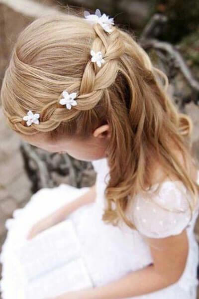 O più semplicemente realizzare una mezza coda bassa da personalizzare o con  un delicato punto luce o con un fiorellino sempre rigorosamente bianco.