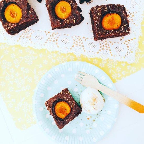 Quadrotti al cacao e albicocche con ricotta nell'impasto accompagnati da gelato alla crema
