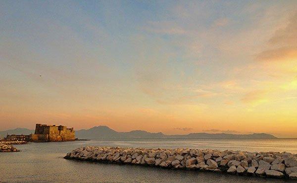 Romantico tramonto sul Lungomare Caracciolo a Napoli