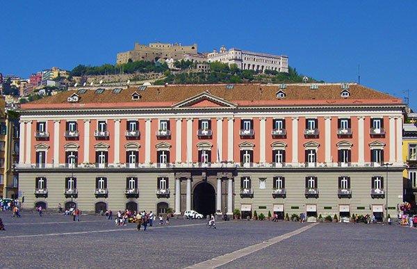 Il Palazzo della Prefettura a Napoli con il Castello di San Martino sullo sfondo