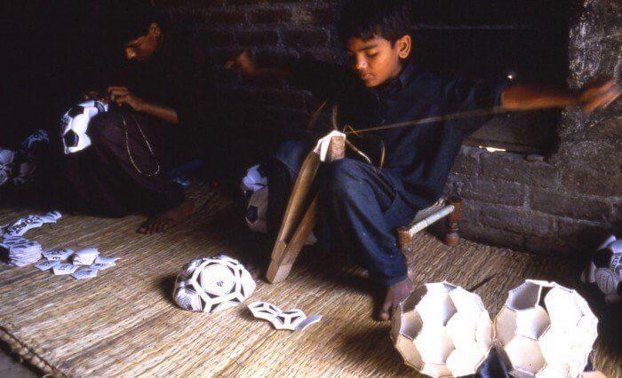 bambino cuce palloni