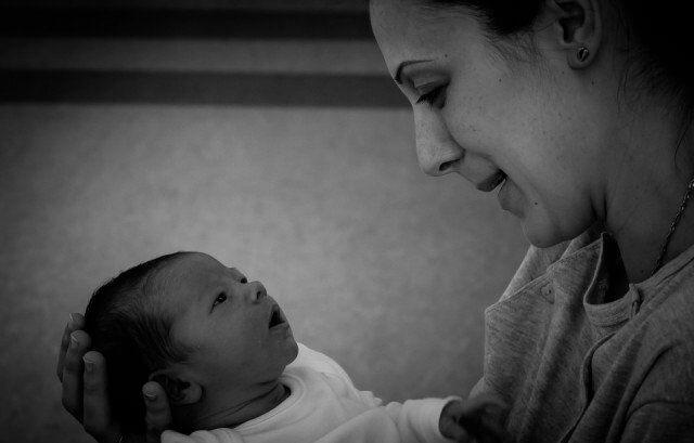 foto neonato con la mamma