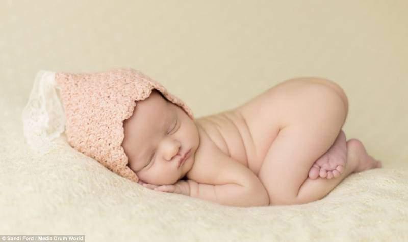 neonato nudo posizione raccolta