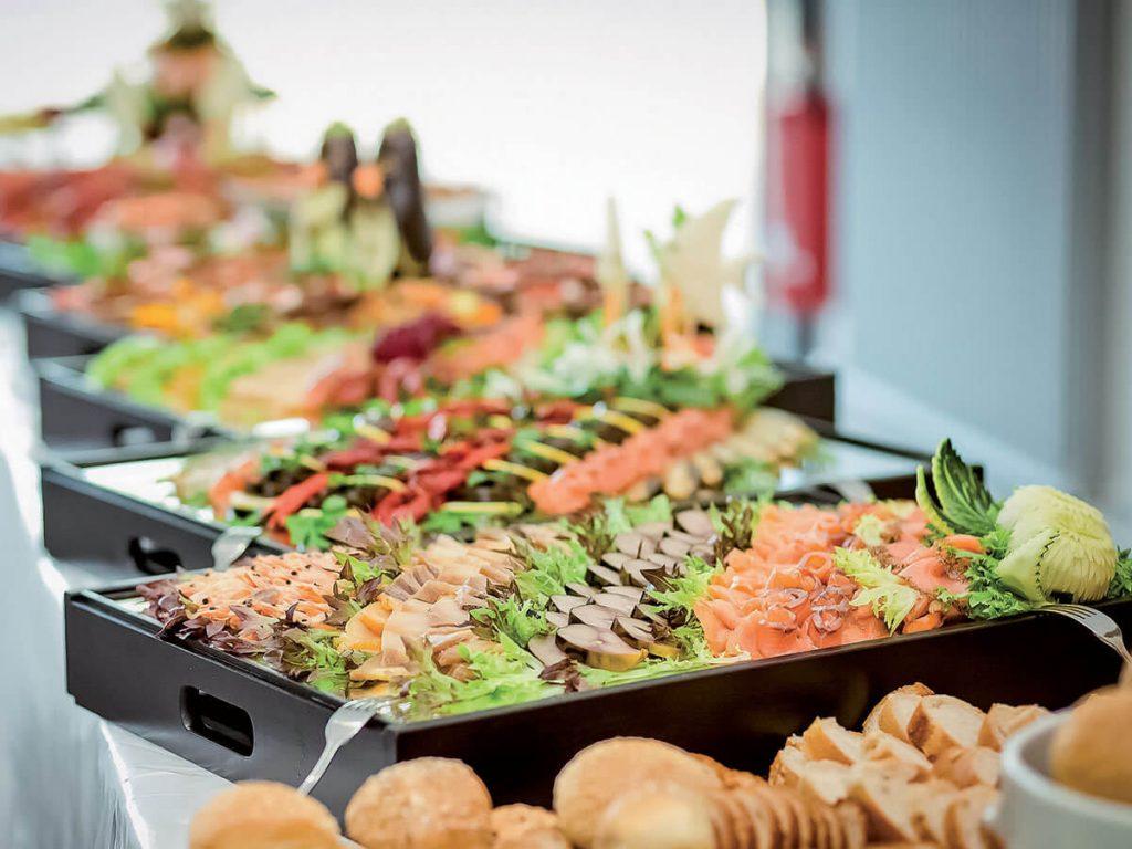 Mise en place: come apparecchiare per un buffet all'aperto, in ...