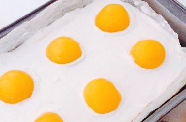 torta uova con pesche sciroppate