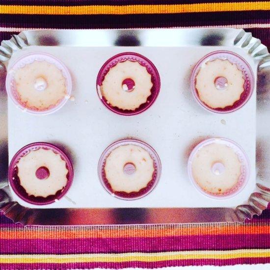Mini bundt cake ai lamponi pronti per essere infornati