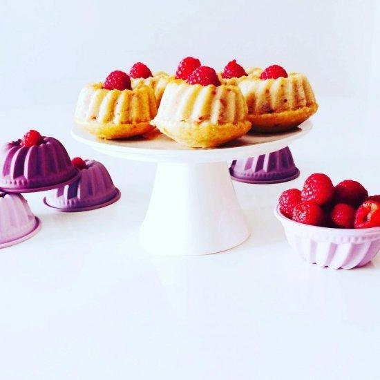 Mini bundt cake ai lamponi con stampini colorati
