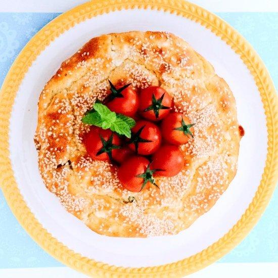 Ciambella di feta e menta con pomodorini freschi
