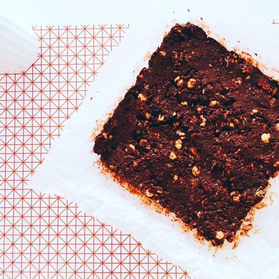 Brownies senza cottura pronti per il frigo