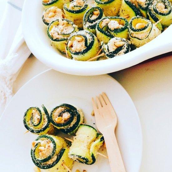 Primo piano degli involtini di zucchine al gratin con tonno e formaggio