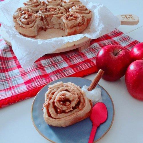 Fetta di torta di mele cinnamon rolls