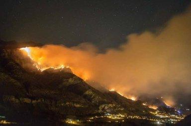 La politica guarda e aiuta gli incendi