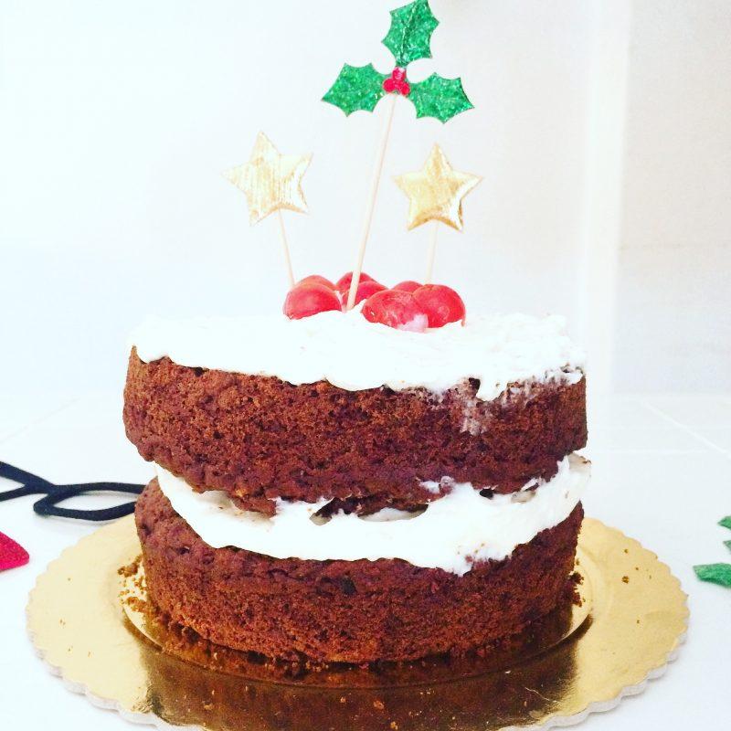 Naked cake al cioccolato con il pandoro o il panettone nell'impasto