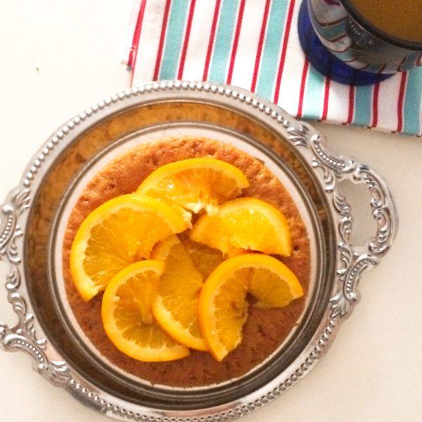 Torta al succo di arancia con fette di arancia