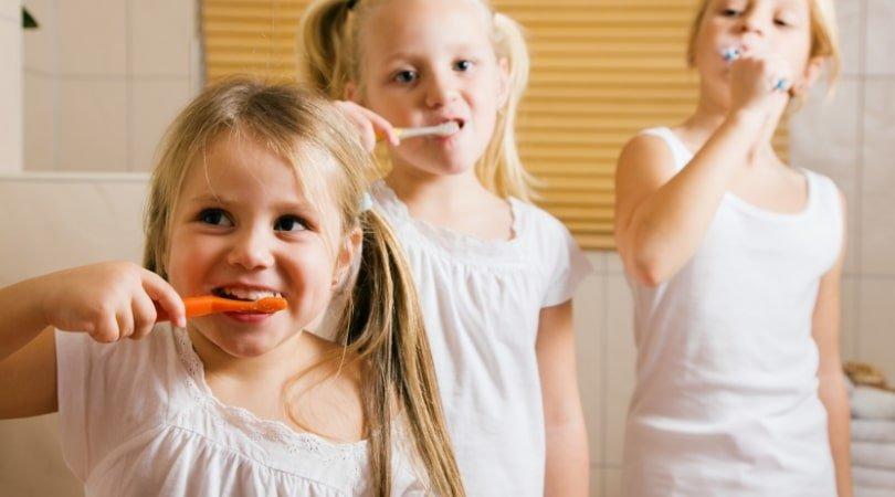 come lavare i denti bambini