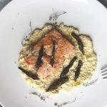 Ricetta filetti di salmone con hummus asparagi