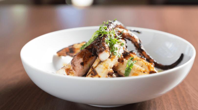 Ricetta Polpo alla griglia con insalata di rucola e pesca noce